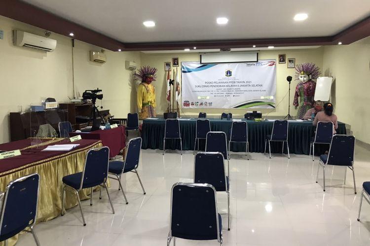 Situasi di Posko Penerimaan Peserta Didik Baru (PPDB) Jakarta 2021 wilayah Suku Dinas Pendidikan Jakarta Selatan Wilayah II di SMA 70 jelang penutupan pendaftaran jalur prestasi akademik dan non-akademik pada Jumat (11/6/2021) sore tampak sepi.
