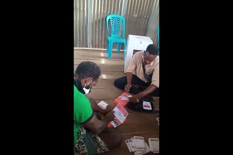Tangkapan layar video oknum anggota KPPS di Distrik Agats, Kabupaten Asmat, Papua, sedang mencoblos tumpukan surat suara