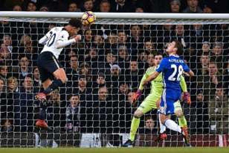 Sundulan gelandang Tottenham, Dele Alli, tak bisa diantisipasi oleh kiper Chelsea, Thibaut Courtois, pada pertandingan Premier League di White Hart Lane, Rabu (4/1/2017).