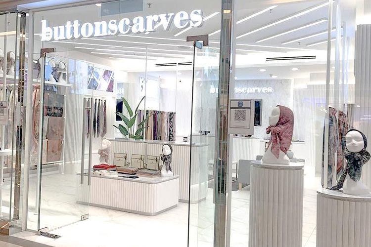 Tampilan toko Buttonscarves di Avenue K Mall Malaysia.
