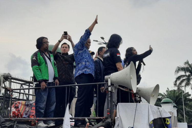 Wakil Ketua DPR Sufmi Dasco Ahmad dan Rachmat Gobel menemui massa pengemudi ojek online (ojol) yang menggelar aksi di depan gedung DPR/MPR, Senayan, Jakarta, Jumat (28/2/2020).