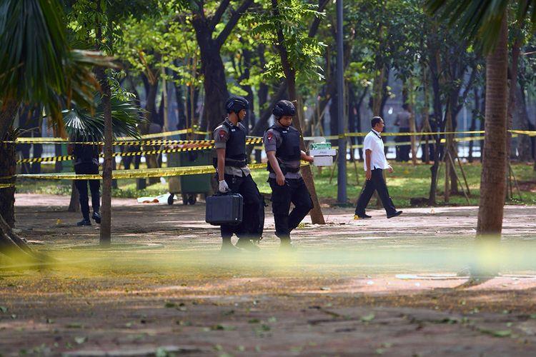Anggota Gegana Brimob Polri melakukan pemeriksaan TKP ledakan di kawasan Monas, Jakarta, Selasa (3/12/2019). Ledakan diduga berasal dari granat asap terjadi di kawasan Monas pada Selasa pagi dan diketahui melukai dua orang anggota TNI.