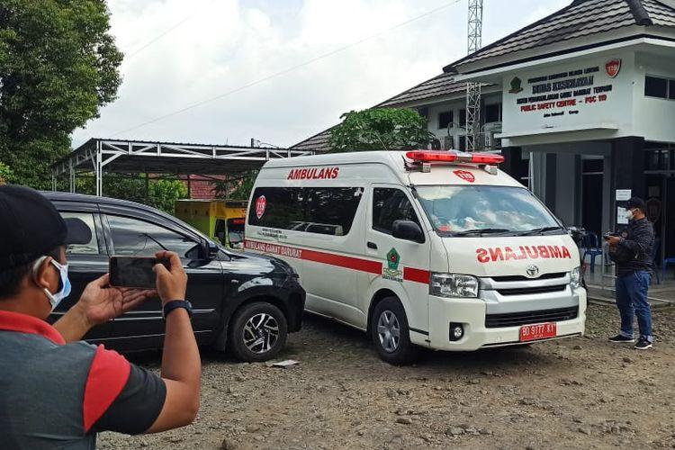 Ambulans yang digunakan untuk mengantarkan pasien Covid-19 ke rumah sakit, sempat melintas di kawasan Kepala Curup, Kabupaten Rejang Lebong. Namun, ambulans tersebut sempat disergap kawanan begal pada Sabtu (3/7/2021).