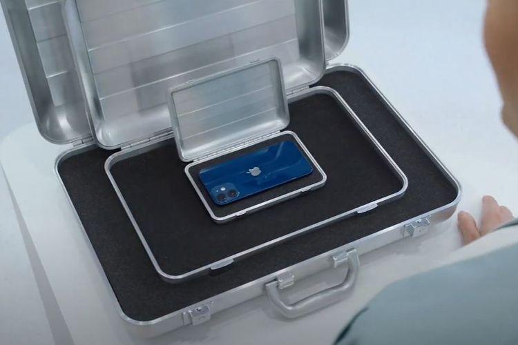 iPhone 12 mini yang ditaruh di dalam koper.