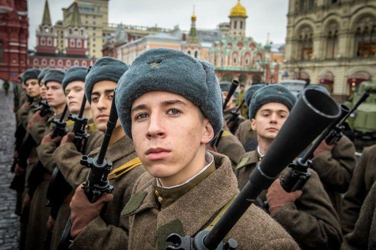 Tentara Rusia bersiap di Lapangan Merah Moskwa.