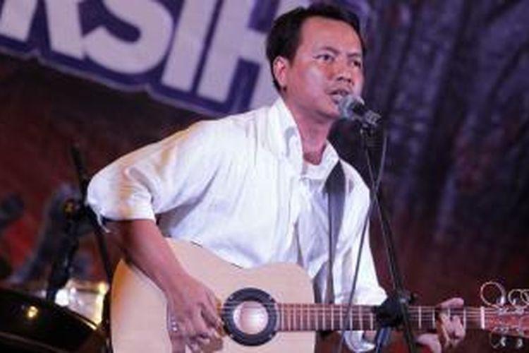 Cholil Mahmud, vokalis band Efek Rumah Kaca, mengisi acara Rock The Vote di Rolling Stone Cafe, Jakarta Selatan, Selasa (22/1/2013). Acara ini merupakan ajang pengumpulan dana secara kolektif untuk pasangan calon gubernur dan wakil gubernur Jawa Barat nomor urut lima, Rieke Dyah Pitaloka dan Teten Masduki.