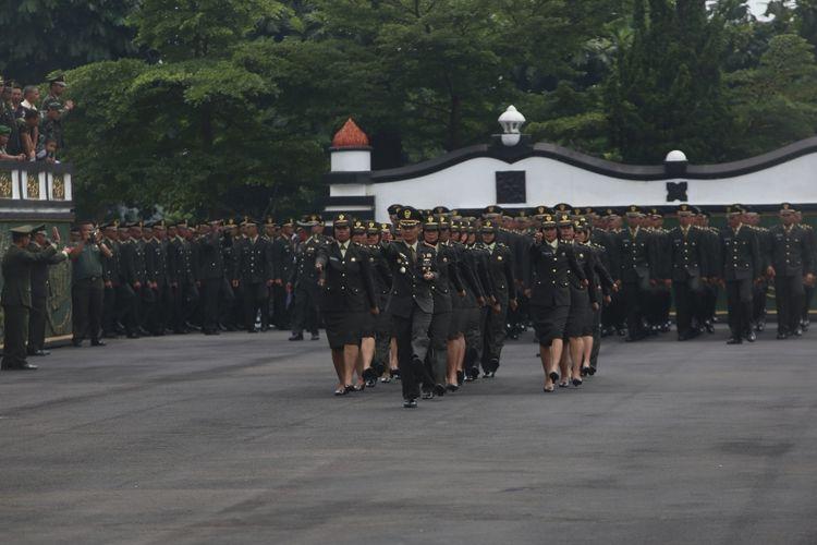 Suasana upacara Prasetya Perwira Pasis Diktukpa gelombang II dan Diktukpasus TNI AD TA 2017 di lapangan Wiradhika Secapa AD (Sekolah Calon Perwira Angkatan Darat) di Cidadap, Bandung, Jawa Barat, Rabu (15/11/2017). Kepala Staf Angkatan Darat (Kasad) Jenderal TNI Mulyono melantik 674 perwira muda yang terdiri dari 380 perwira muda Diktukpa (pendidikan pembentukan perwira) TNI AD gelombang II dan 296 perwira muda Diktukpasus (pendidikan pembentukan perwira khusus) TNI AD 2017.