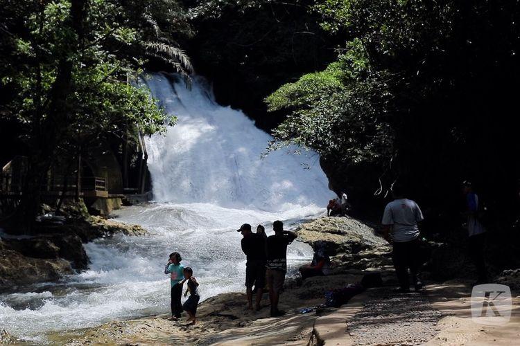 Air Terjun Bantimurung di dalam kawasan Taman Nasional Bantimurung, Kabupaten Maros, Sulawesi Selatan.