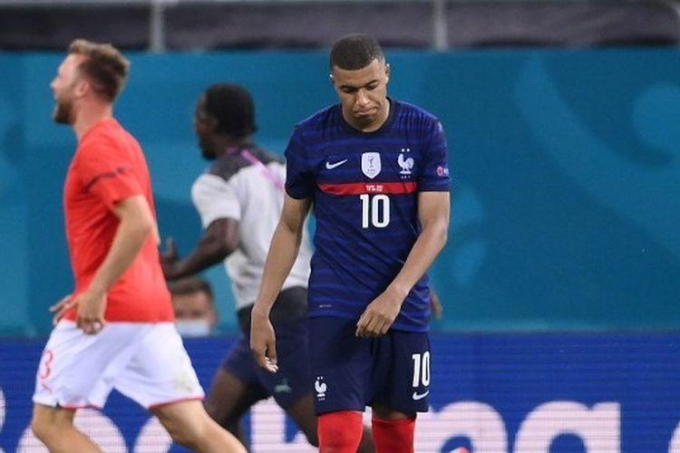 Kekecewaan Kylian Mbappe usai sepakan penaltinya gagal dan membuat timnas Perancis kalah 4-5 dari Swiss dalam babak tos-tosan.