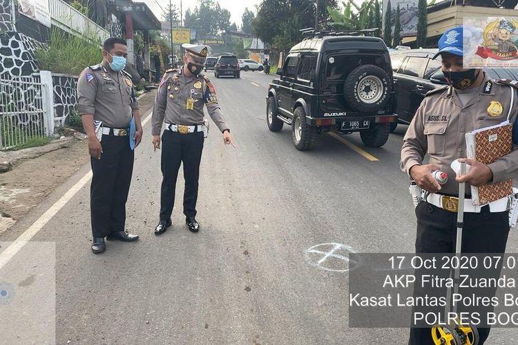 Petugas Kepolisian melakukan olah TKP di lokasi kecelakaan beruntun di Jalan Raya Puncak Bogor, Kampung Sampay, Desa Tugu Utara, Kecamatan Cisarua, Kabupaten Bogor, Jawa Barat, Sabtu (17/10/2020)