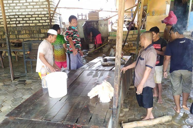 Pedagang pasar Parteker membenahi lapak dan peti barang setelah terendam banjir mulai Senin (11/2/2021) kemarin. 90 pedagang di pasar tersebut mengungsi ke jalan protokol Kelurahan.