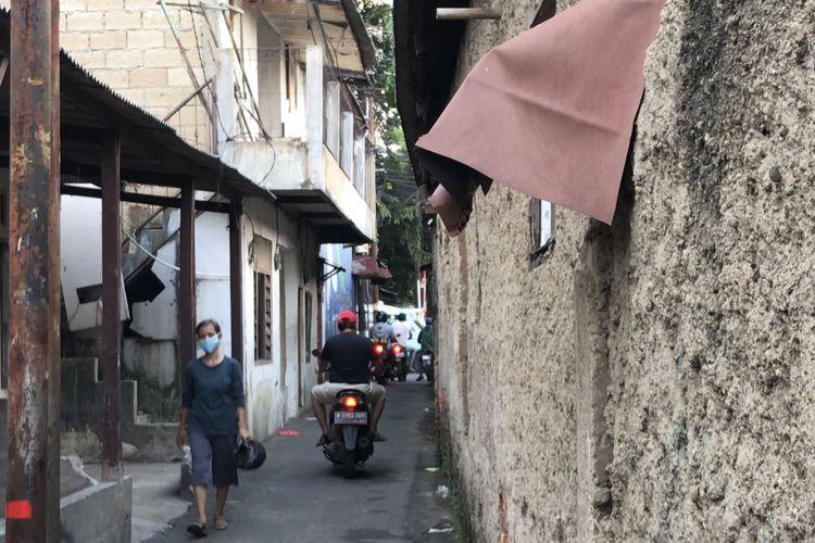 Sebuah rumah kosong dengan dua lantai di Jalan Cilandak KKO Gang Borobudur RT 013 RW 08, Ragunan, Pasar Minggu, Jakarta Selatan sudah dua kali digerebek lantaran adanya anak-anak yang akan berpesta minuman keras (miras).