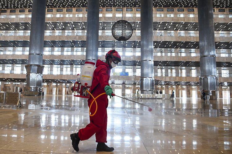 Petugas pemadam kebakaran dan penyelamatan DKI Jakarta menyemprotkan disinfektan di Masjid Istiqlal Jakarta, Rabu (3/6/2020). Penyemprotan tersebut sebagai upaya mencegah penyebaran virus corona (COVID-19) di rumah ibadah jika nantinya kembali dibuka untuk umum saat pemberlakuan tatanan hidup normal baru (new normal).