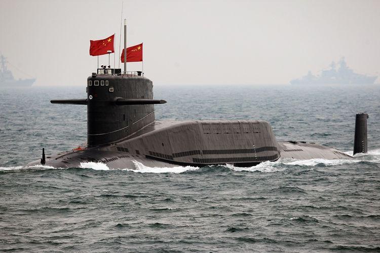 Sebuah kapal selam milik Angkatan Laut China saat peringatan 60 tahun berdirinya Tentara Angkatan Laut Pembebasan Rakyat pada 2009, di lepas pantai Qingdao di Provinsi Shandong.