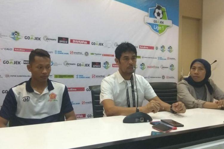Pelatih PS Tira, Nilmaizar memberikan keterangan usai menghadapi Sriwijaya FC di stadion Glora Jakabaring Palembang, Sumatera Selatan, Jumat (6/7/2018).