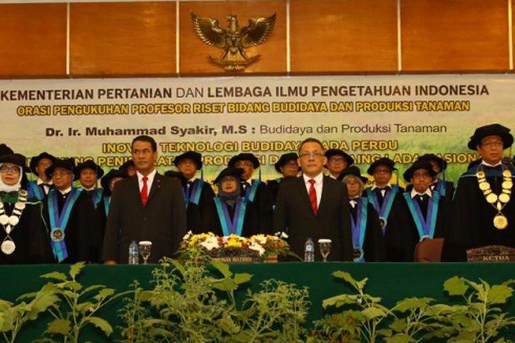 Menteri Pertanian (Mentan) Amran Sulaiman (di depan, dua dari kiri) menghadiri acara pengukuhan Kepala Balitbangtan Muhammad Syakir (di depan, satu dari kanan) sebagai Profesor Riset Kementerian Pertanian ke-132, di Kampus Penelitian Pertanian, Bogor, Senin (15/10/2018).
