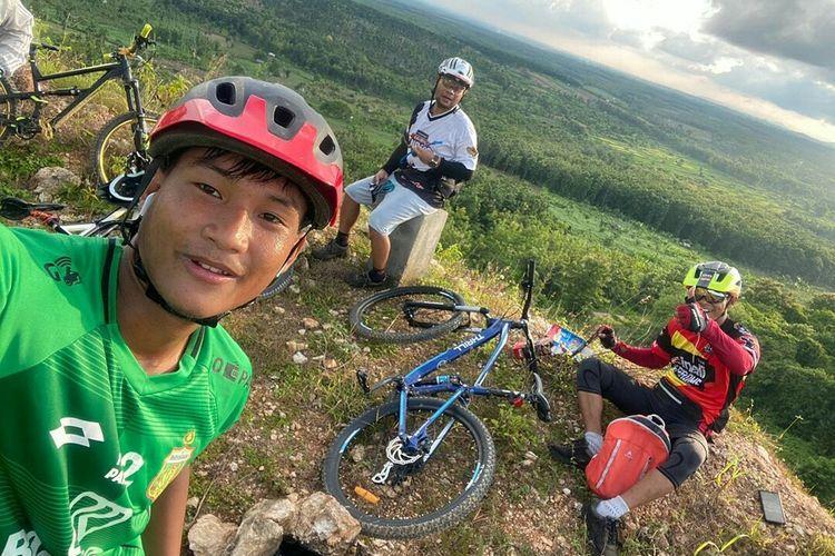 Striker Bhayangkara FC Ahmad Nur Hardianto saat gowes bersama teman-temannya di Bukitorang Lamongan.