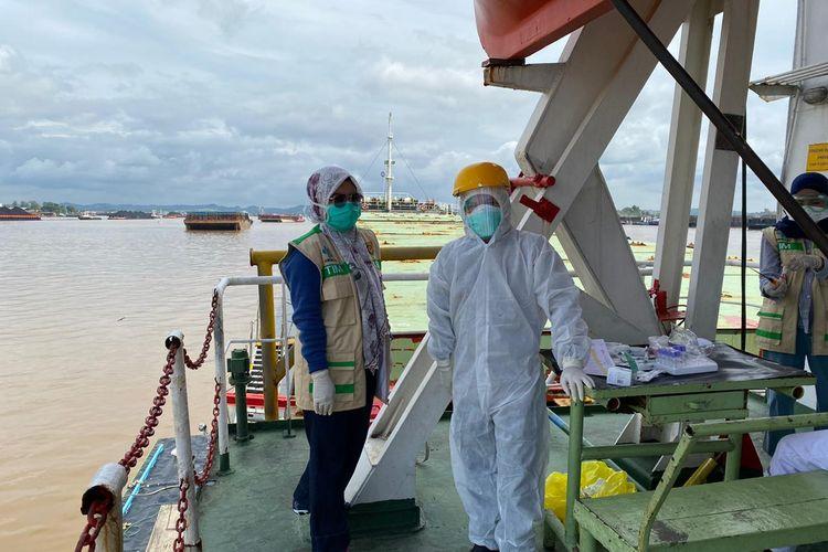 Petugas dari Dinas Kesehatan Samarinda saat melakukan pemeriksaan medis di atas kapal logistik di Pelabuhan Samarinda, Kaltim, Rabu (3/6/2020).