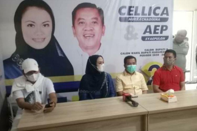 Pasangan calon Bupati dan Wakil Bupati Karawang Cellica Nurrachadiana-Aep Syaepuloh (tengah) saat memberikan keterangan pers di Sekretariat Tim Pemenang an di Grand Taruma Karawang, Rabu (9/12/2020).