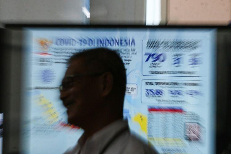 Juru Bicara Pemerintah untuk Penanganan COVID-19 Achmad Yurianto menjawab pertanyaan wartawan seusai menyampaikan keterangan pers di Graha BNPB, Jakarta, Rabu (25/3/2020). Berdasarkan data Pemerintah hingga Rabu (25/3/2020) pukul 12.00 WIB, jumlah kasus positif COVID-19 mencapai 790 orang dengan jumlah pasien sembuh mencapai 31 orang dan kasus meninggal dunia mencapai 58 orang. ANTARA FOTO/Rivan Awal Lingga