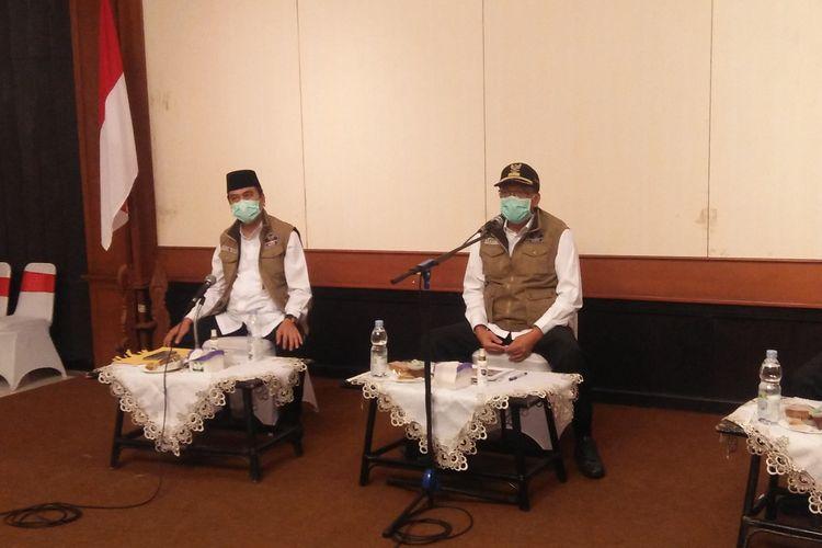 Bupati Gresik Sambari Halim Radianto (kanan) dan Wakil Bupati Gresik Mohammad Qosim, saat memberikan penjelasan kepada awak media, Jumat (12/6/2020).