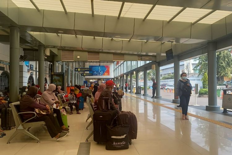 Situasi Stasiun Pasar Senen, Jakarta Pusat, Jumat (23/4/2021).