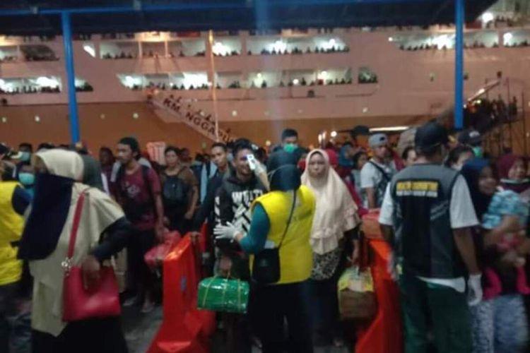 Ratusan pemudik yang tiba dengan KM Ngapulu menjalani pemeriksaan ketat oleh petugas di Pelabuhan Yos Sudarso Ambon, Minggu malam (29/3/2020)