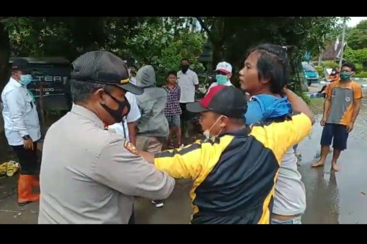 Tangkapan layar saat seorang warga korban banjir di Dusun Beluk, Desa Jombok, Kecamatan Kesamben, Kabupaten Jombang, Jawa Timur, memprotes Bupati Jombang Mundjidah Wahab, Rabu (13/1/2021).