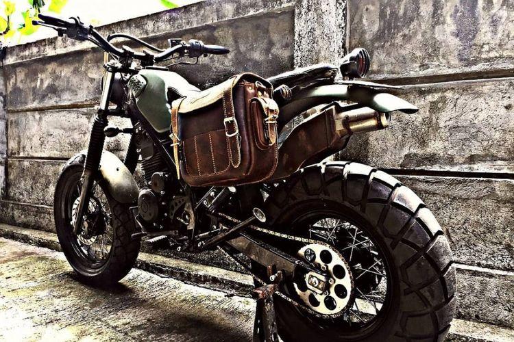 Ubahan Kawasaki KLX 150 bergaya tracker garapan bengkel Doglit Motor Custom, Denpasar.