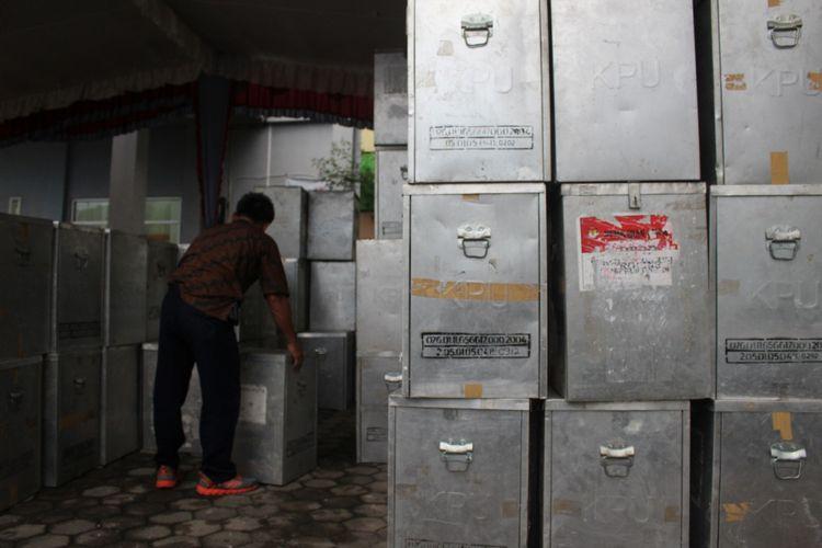 seorang petugas sedang mengangkat kotak suara di kantor KPU Prabumulih