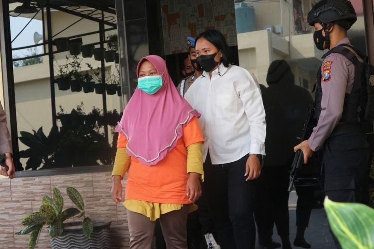 Bandar arisan lebaran terduga kasus penipuan dan penggelapan uang arisan, digelandang petugas di Mapolres Mojokerto, Senin (24/5/2021).