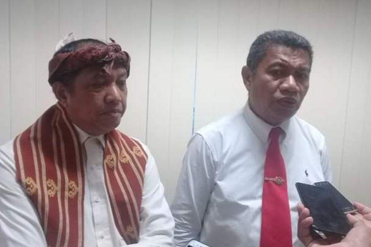 Kepala Dinas Kesehatan Provinsi NTT Dominikus Minggu Mere (Kanan) yang didampingi Kepala Biro Humas Setda NTT Marius Ardu Jelamu, saat memberikan keterangan pers kepada sejumlah wartawan di Kantor Gubernur NTT