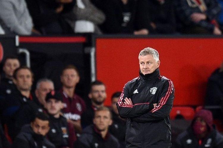 Pelatih Manchester United, Ole Gunnar Solskjaer, menyaksikan pertandingan Man United vs West Ham pada putaran ketiga Piala Liga Inggris, Kamis (23/9/2021) dini hari WIB.