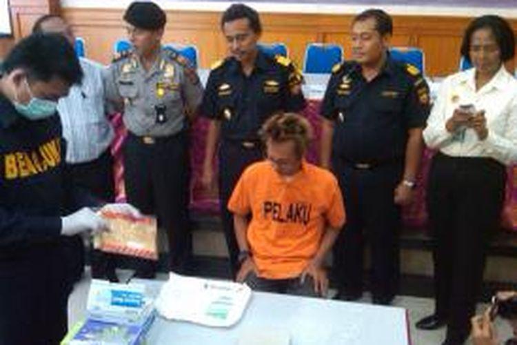 Petugas Bea Cukai melakukan narkotik tes 102 butir extacy asal Belanda di depan tersangka Vicky Adi Priono saat konferensi pers, Rabu (31/7/2013) siang tadi.