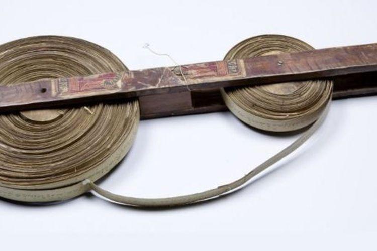 Naskah La Galigo yang asli ditulis dalam lembaran daun lontar.
