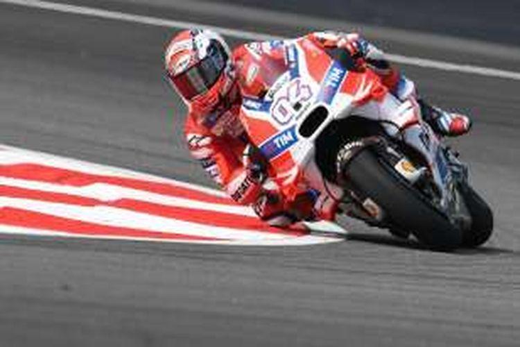 Pebalap Ducati Team asal Italia, Andrea Dovizioso, memacu motornya pada sesi latihan ketiga GP Malaysia di Sirkuit Sepang, Sabtu (29/10/2016).