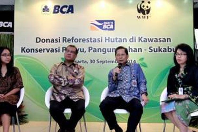 (Ki-Ka): Direktur Marketing WWF-Indonesia Devy Suradji, CEO WWF-Indonesia Efransjah, Presiden Direktur BCA Jahja Setiaatmadja & Sekretaris Perusahaan BCA Inge Setiawati pada Press Conference Donasi Reforestasi Hutan di Kawasan Konservasi Penyu, Pangumbahan-Sukabumi di Jakarta (30/9)