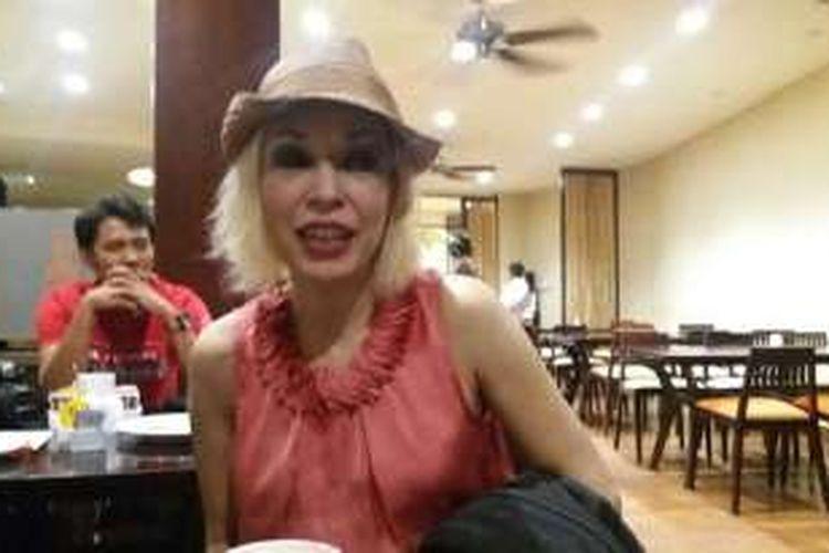 Penyanyi jazz Syaharani ketika berbicara dengan sejumlah wartawan di resto Capa Resort Maumere, Sabtu (15/10/2016)