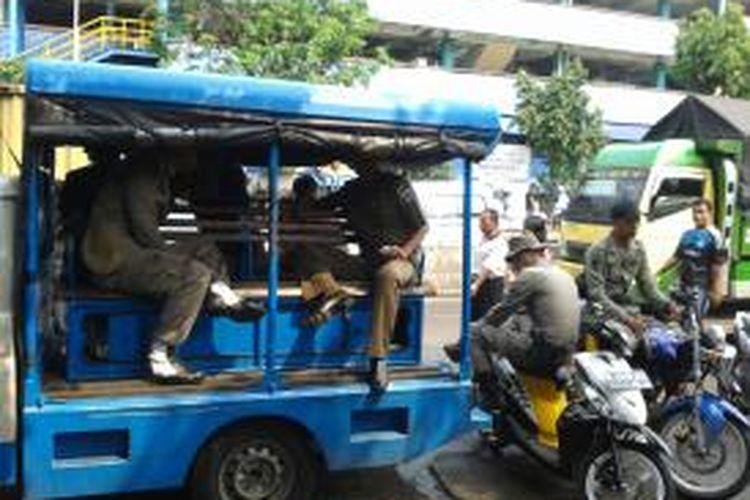 Petugas Satpol PP saat bertugas di Jalan Kebon Jati, Pasar Tanah Abang, Jakarta Pusat, Kamis (11/7/2013). Di kawasan yang rawan PKL membandel tersebut, sejumlah petugas Satpol PP secara jujur telah lelah menjaga PKL yang menurut mereka, sulit untuk ditertibkan