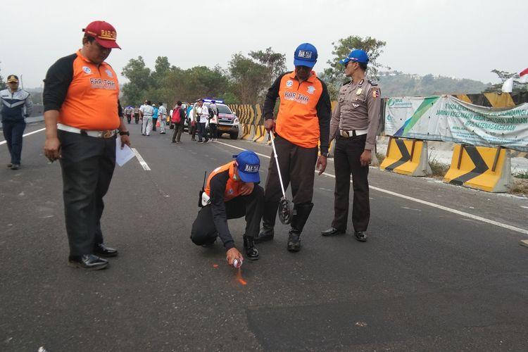 Polisi tengah melakukan olah TKP kecelakaan beruntun di ruas tol Purbaleunyi, Selasa (3/9/2019).