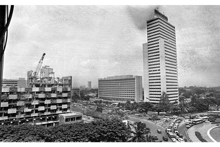 Pembongkaran gedung Wisma Warta di jalan MH Thamrin. Gedung bersejarah tempat eks Pers Centre Asian Games IV/1962 Jakarta. Kemudian dijadikan hotel dan kantor perwakilan pers asing di Jakarta. Tempat tersebut kini dijadikan hotel dan pusat perbelanjaan.