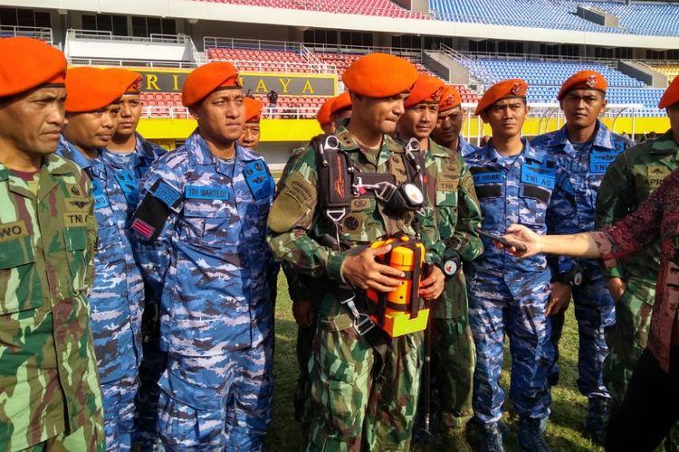 Komandan Detasemen Matra 2 Paskhas Malang, Letkol Pas Helmi Ardiyanto Nange yang menjadi pemipmpin penerjun pembawa api Asian Games di kompleks Jakabaring Sport City (JSC), Palembang, Sumatera Selatan, Sabtu (4/8/2018)