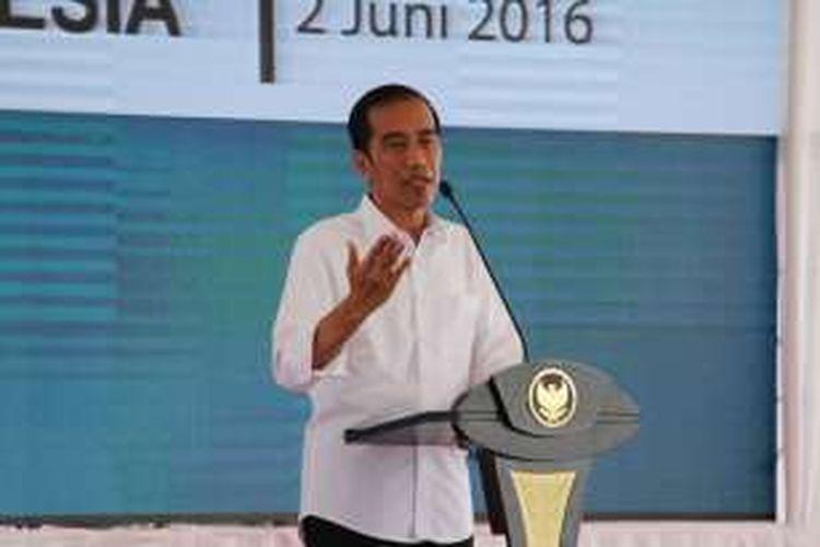 Presiden Joko Widodo memberi sambutan saat meresmkan proyek Pembangkit Listrik Tenaga Mesin Gas di Lhokseumawe, Aceh, Kamis (2/6/2016).