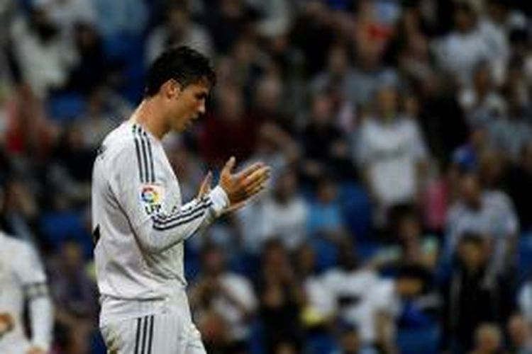 Reaksi bomber Real Madrid, Cristiano Ronaldo, di sela-sela laga melawan Valencia pada lanjutan Primera Division di Stadion Santiago Bernabeu, Minggu (4/5/2014).