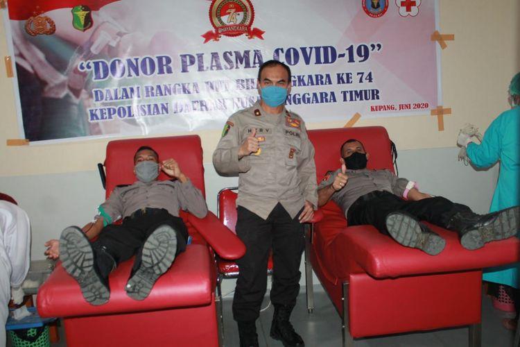 Sejumlah anggota polisi yang sembuh dari Covid-19 mendonorkan plasmanya di PMI Kupang