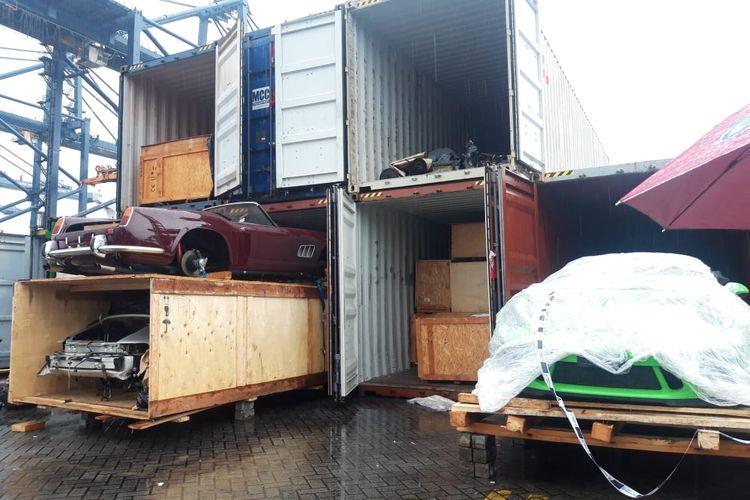 Mobil dan motor mewah impor yang diselundupkan melalui Pelabuhan Tanjung Priok, Jakarta