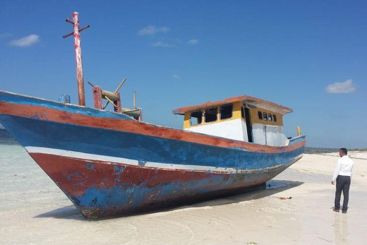 Kapal tanpa identitas, saat berada di pinggir pantai Desa Bodae, Kecamatan Sabu Timur, Kabupaten Sabu Raijua, Nusa Tenggara Timur (NTT)