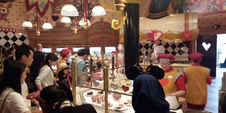 Suasana di salah satu restoran yang tersedia di dalam area Tokyo Disneyland.