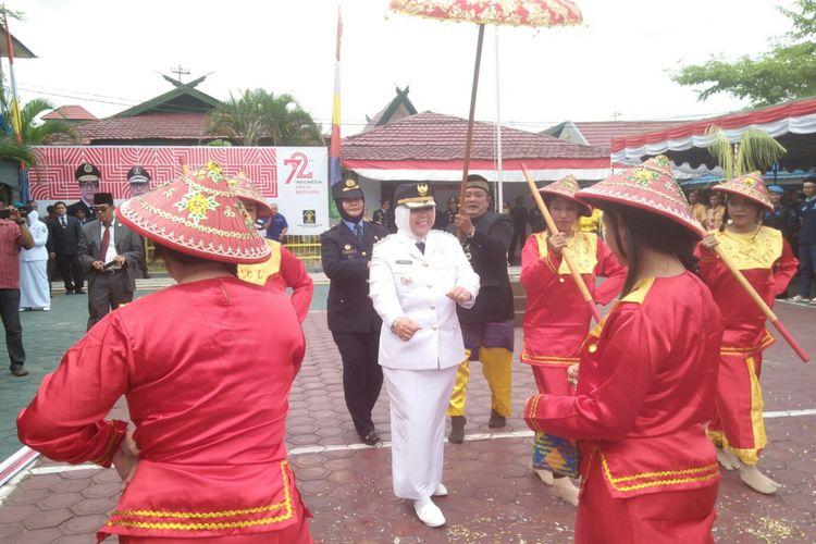 Bupati Kotawaringin Barat, Nurhidayah saat ikut menari tradisional bersama warga binaan Lapas Pangkalan Bun, Kamis (17/8/2017) sore
