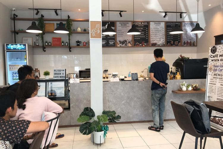Suasana Cafe More Wyata Guna di Jalan Pajajaran, Kota Bandung. Sejak dibuka, cafe ini selalu penuh bahkan viral di media sosial.